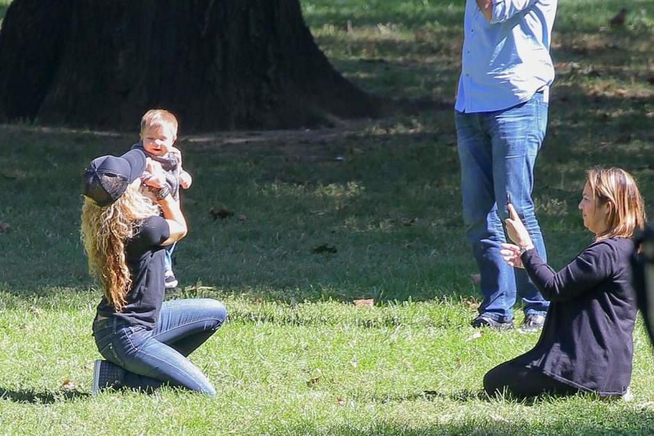 La cantante se sentó en pasto para disfrutar y tomarse fotos junto a Sasha. (Foto: Grosby Group)