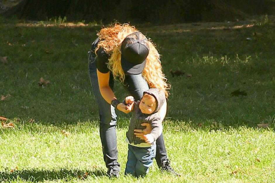 En las fotografías se puede ver cómo Sasha, de ocho meses, da sus primero pasos con la ayuda de su madre. (Foto: Grosby Group)