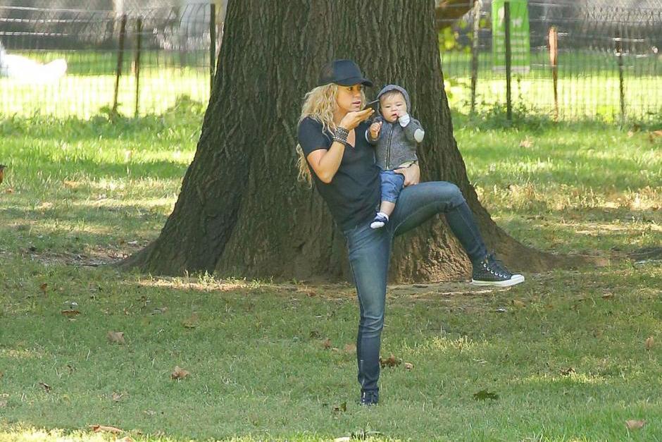 Shakira recibió una llamada mientras cargaba a Sasha y aparentemente era el padre de sus hijos, Gerard Piqué. (Foto: Grosby Group)