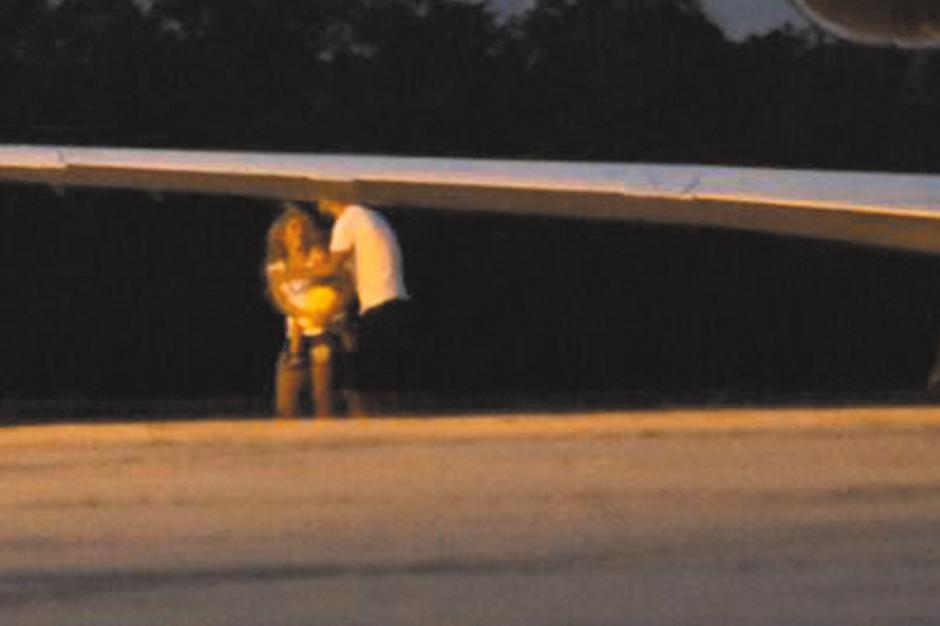 Las personalidades se dieron un beso al bajar. (Foto: Al Día Shakira)
