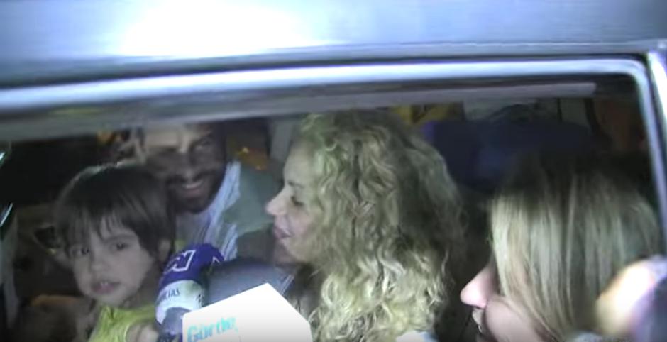 La familia arribó tormentosamente luego del saludo de los medios. (Foto: Al Día Colombia)