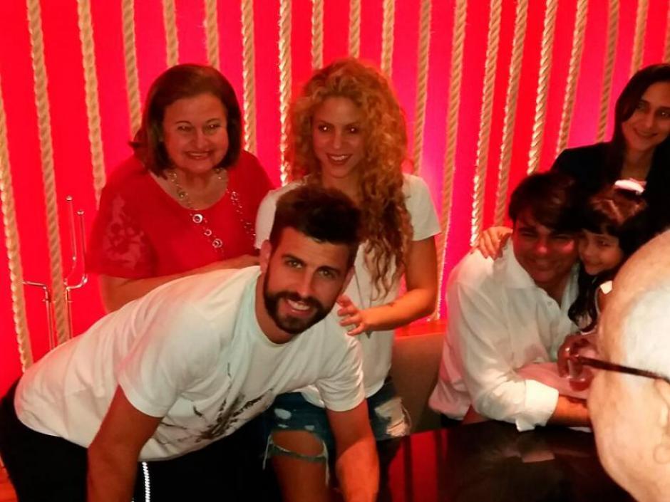La familia se tomó fotografías en un restaurante de Barranquilla. (Foto: Al Día Colombia)