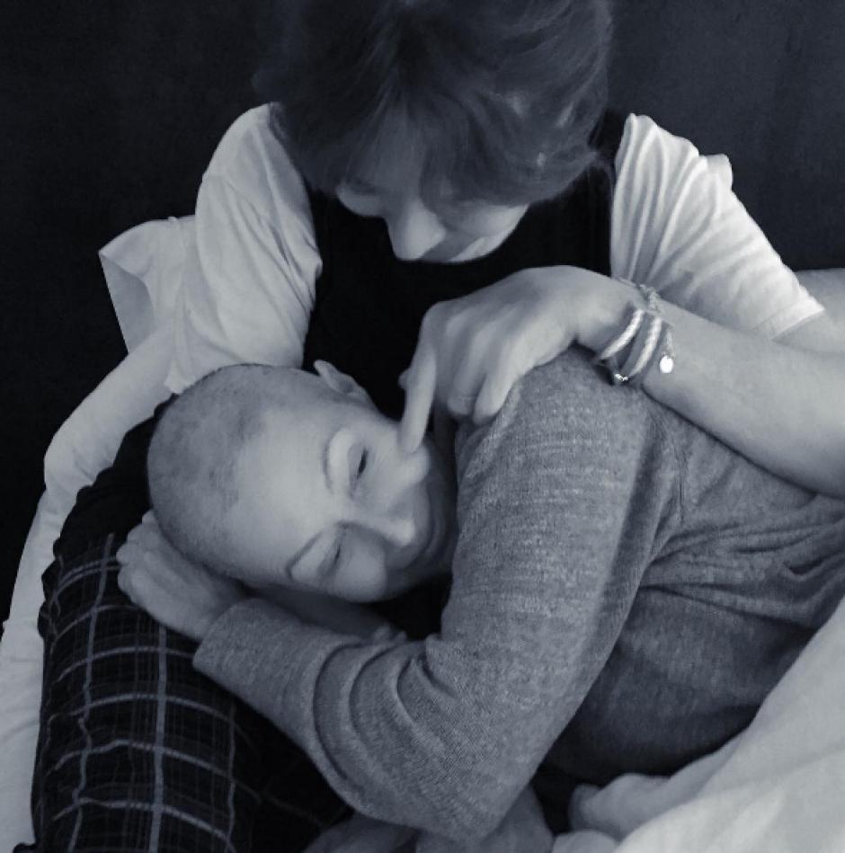 Rosa, la mamá de Shannen, la cuida después de sus tratamientos. (Foto: Instagram/Shannen Doherty)