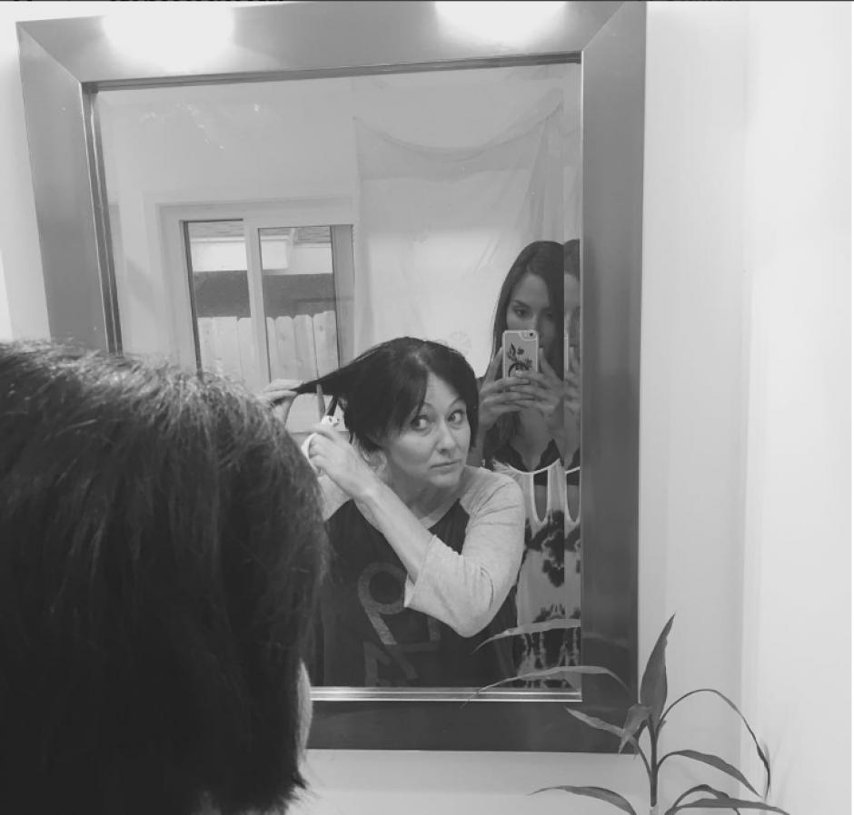 Doherty publicó en su cuenta de Instagram el doloroso momento de rapar su cabello. (Foto: Instagram/Shannen Doherty)