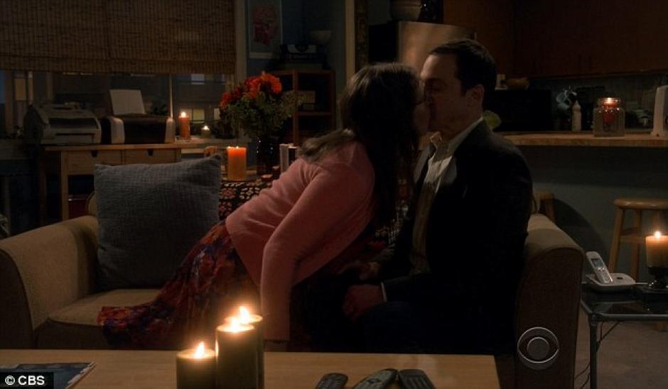 Antes de ir a la cama, se besan en el sillón.(Foto: Daily Mail)