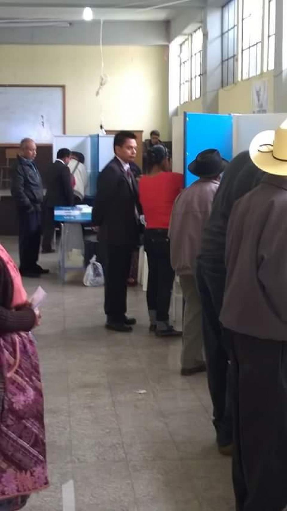 En este centro de votación, una persona no respetó la privacidad de la votante. (Foto: Usuario Soy502)