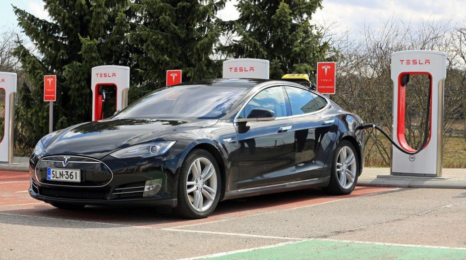 El Tesla Model S, es un vehículo eléctrico que tiene una aceleración de 0 a 100 kilómetros en pocos segundos. (Foto: shutterstock)