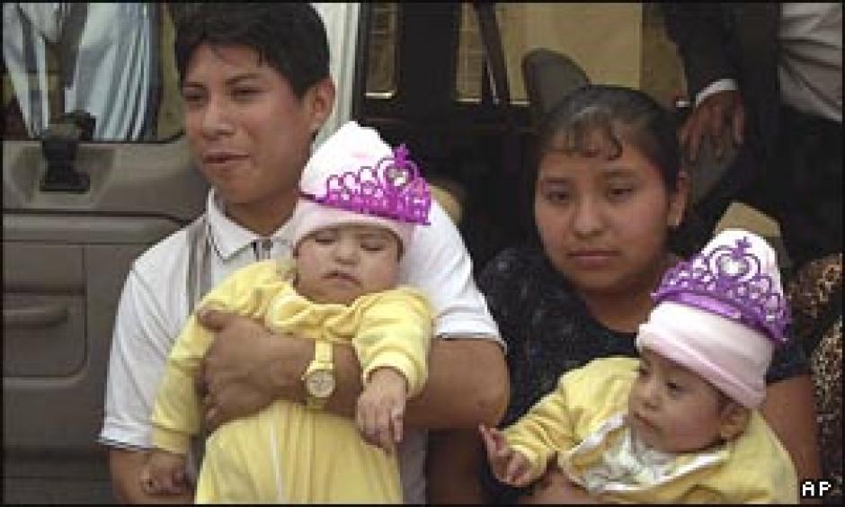 Los padres biológicos de María de Jesús y María Teresa no podrán acompañarlas. (Foto: Twitter)