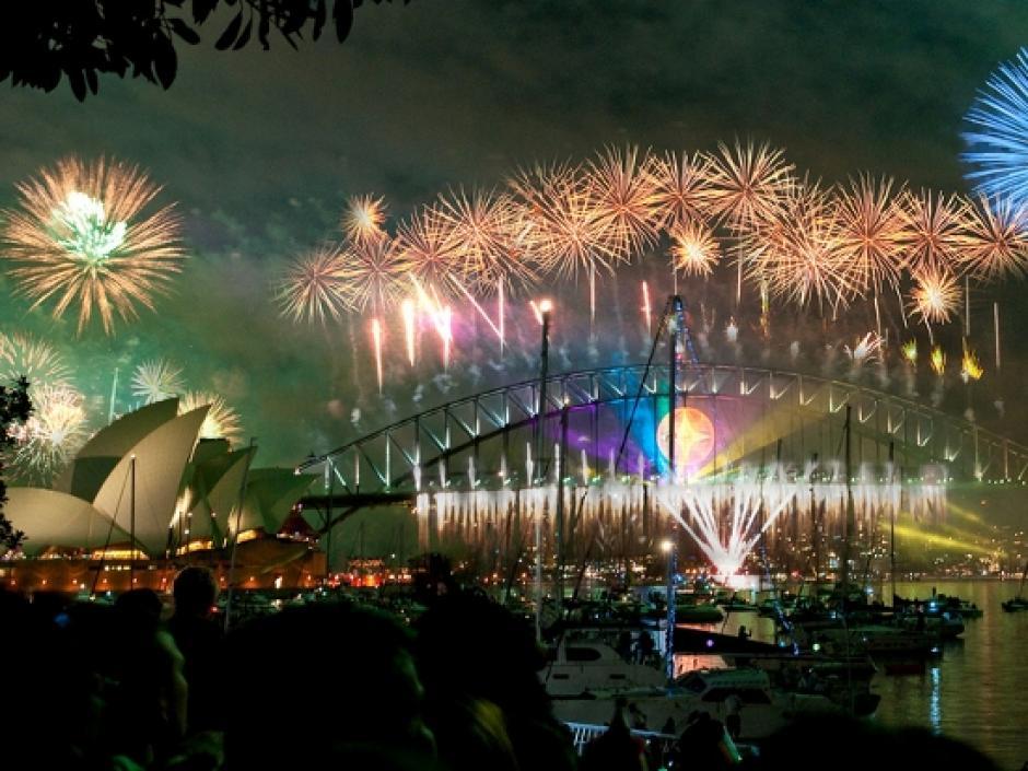 Los juegos artificiales iluminan el cielo de Sidney a la espera del Año Nuevo. (Foto: Taringa)