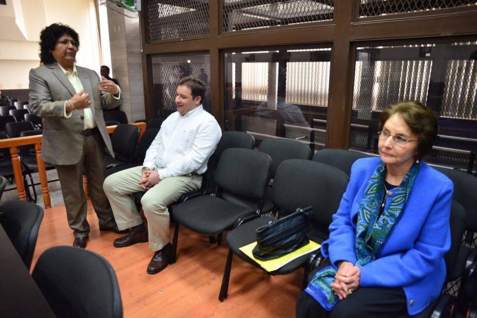Roberto Barreda y su mamá, Beatriz Ofelia de León, durante la audiencia de etapa intermedia por la muerte de Cristina Siekavizza. (Foto: Jesús Alfonso/Soy502)