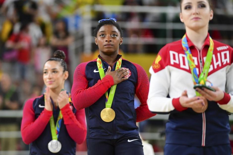Biles luce con orgullo una de sus medallas de oro obtenidas en Río 2016. (Foto: timeofisrael.com)