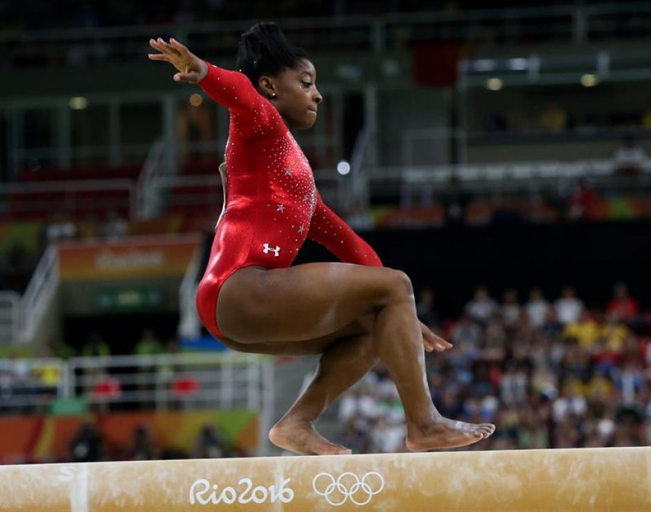La gimnasta estadounidense resbaló y obtuvo el bronce. (Foto: EFE)