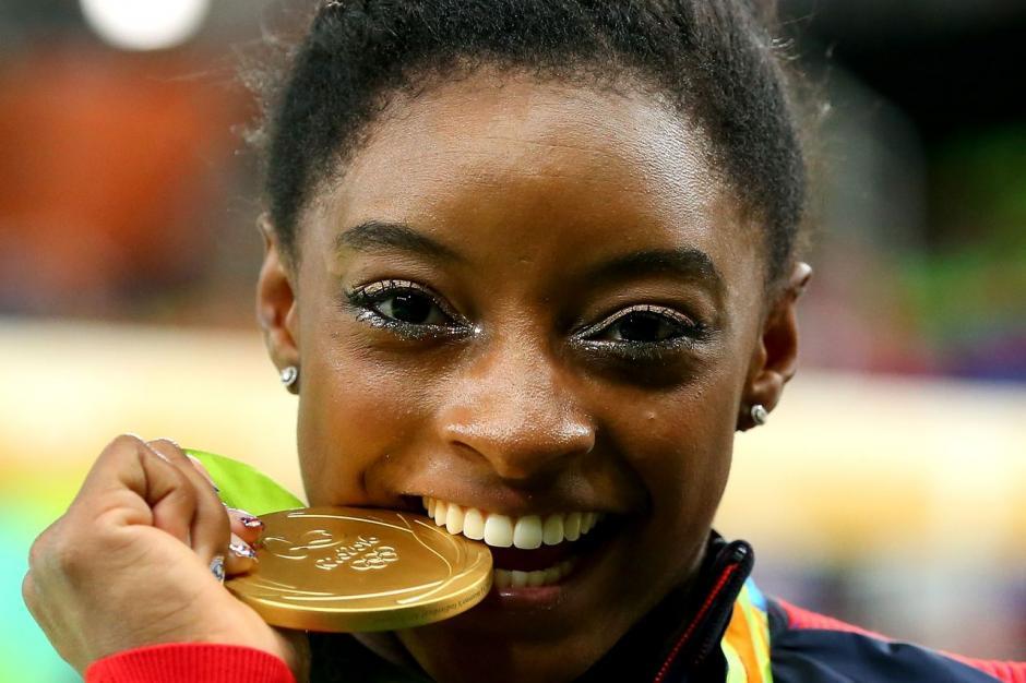 Biles obtuvo cuatro medallas de oro y una de bronce en Río 2016. (Foto: vox.com)