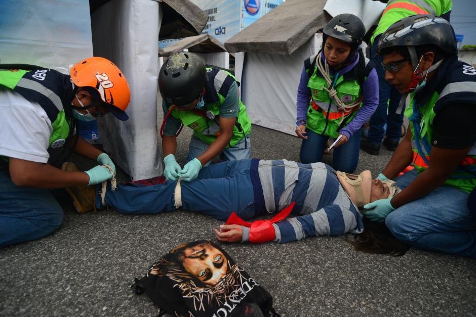 Durante simulacro de terremoto, los voluntarios dramatizan como podría reaccionar la población en riesgo durante un terremoto. (Foto: Wilder López/ Soy502)
