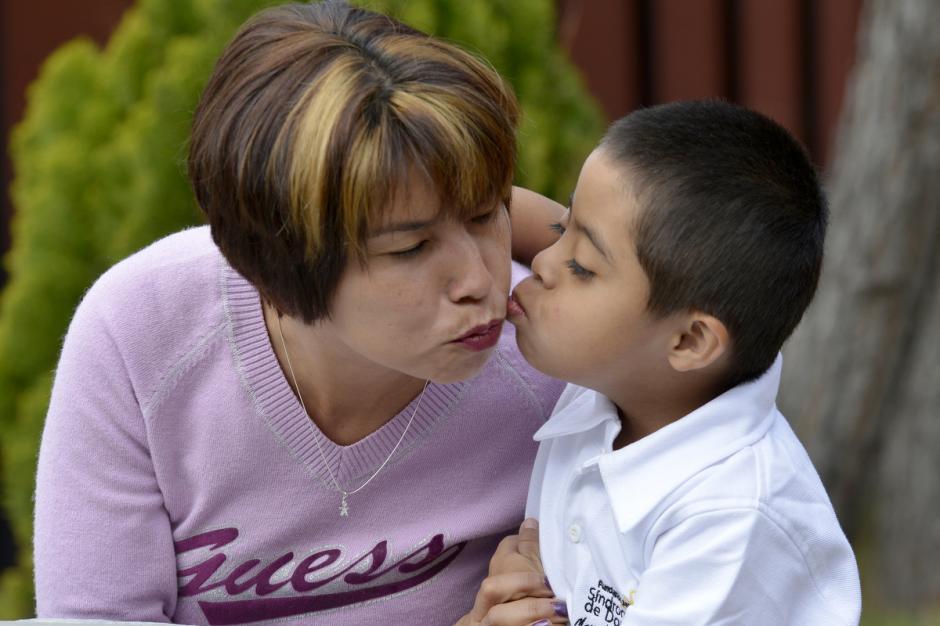 Marleny Tambito recibe un beso de su hijo Hugo Leonel. (Foto: Deccio Serrano/Soy502)