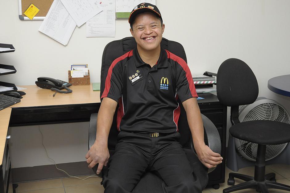 Aníbal ha sido elegido como empleado del año en un restaurante de comida rápida. (Foto: Deccio Serrano/Soy502)
