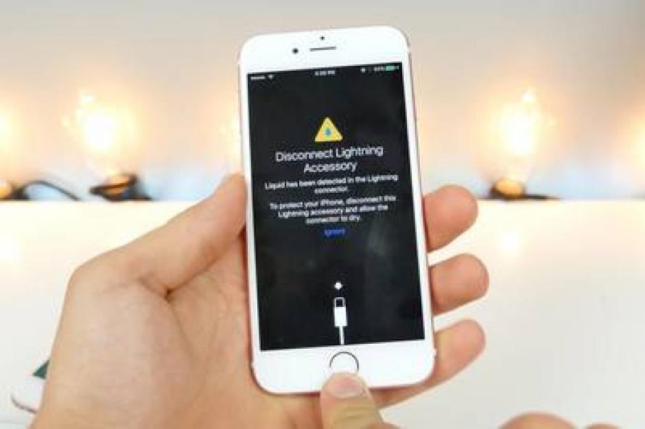 El sistema operativo iOS 10 lanzará un mensaje de alerta en el caso que el dispositivo detecte líquido en el puerto de carga. (Foto: Clarin)