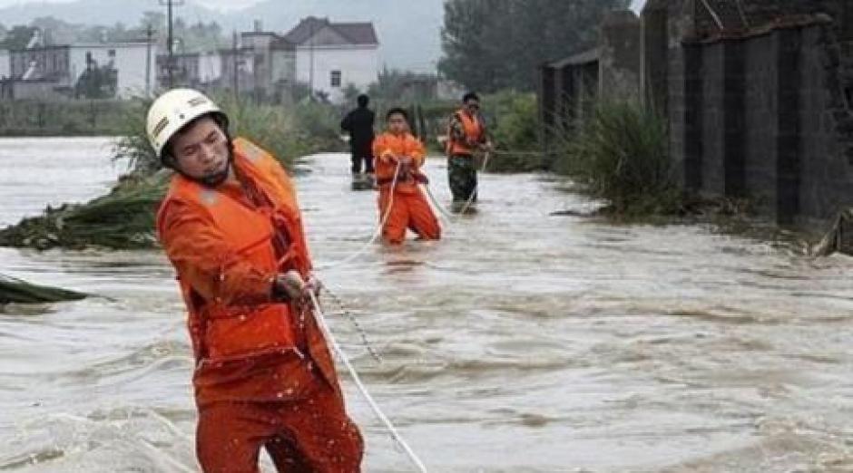 Los cuerpos de socorro trabajan para apoyar a los damnificados. (Foto: CCNTV)