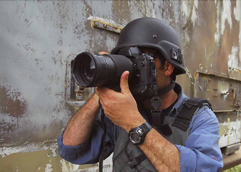 Mahmoud Ruslan es un fotógrafo de guerra que ha presenciado miles de situaciones dramáticas. (Foto: slate.com)