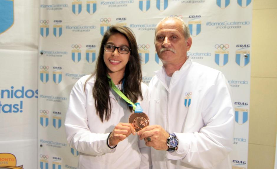 Ana Sofía Gómez y su entrenador Adrián Boboc posan con la medalla de bronce que obtuvieron en Toronto 2015. (Foto: Luis Barrios/Soy502)
