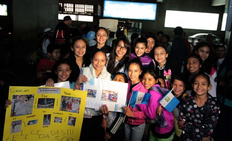 Las niñas de la Federación Nacional de Gimnasia recibieron a Ana Sofía Gómez a su regreso a Guatemala. (Foto: Luis Barrios/Soy502)