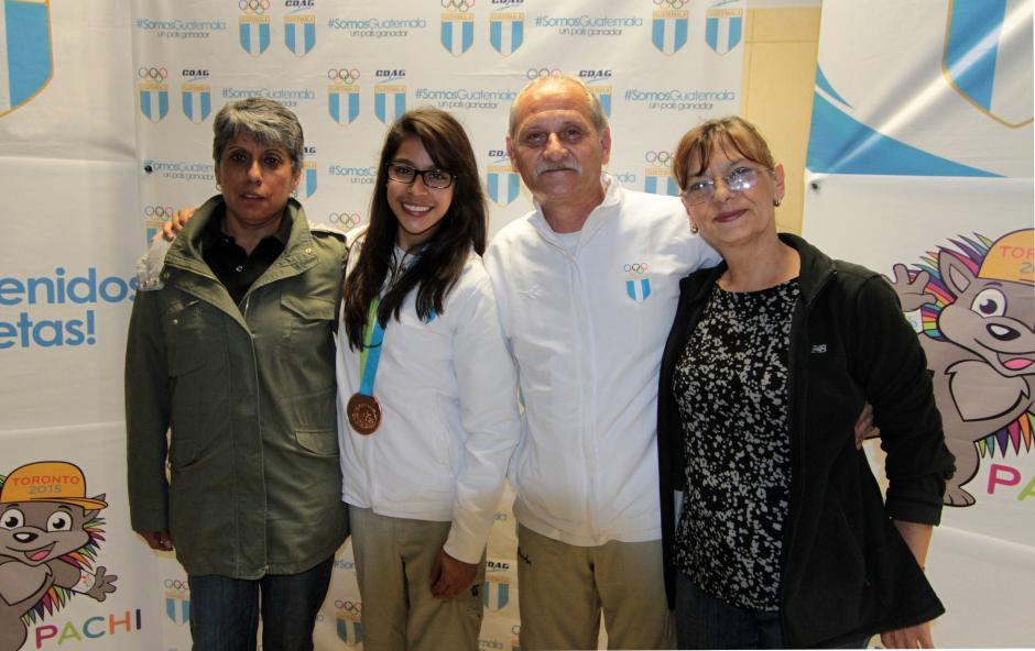 La gimnasta nacional, Ana Sofía Gómez, junto a sus entrenadores Adrián y Elena Boboc. (Foto: Luis Barrios/Soy502)