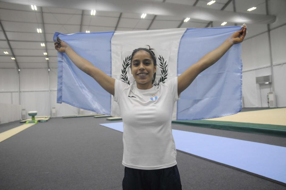Ana Sofía Gómez posó con la bandera de Guatemala, en su lugar de entrenamiento en Río. (Foto: Pedro Pablo Mijangos/Soy502)