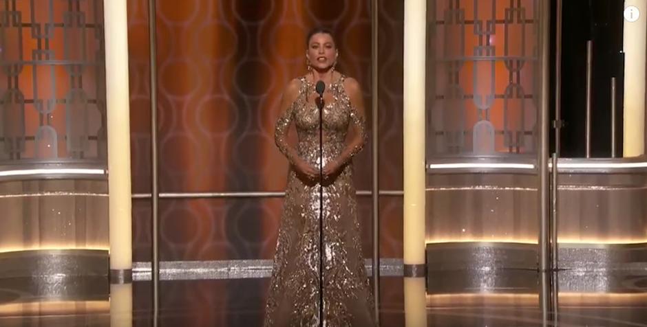 Sofía Vergara deslumbró con un sexy vestido dorado. (Foto: Captura de pantalla)