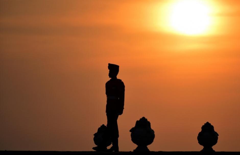 Un solado monta guardia en Sri Lanka, mientras el sol se oculta a su espalda. El gobierno de este país prevé celebrar el aniversario del conflicto armado que acabó en 2009. (Foto: AFP)