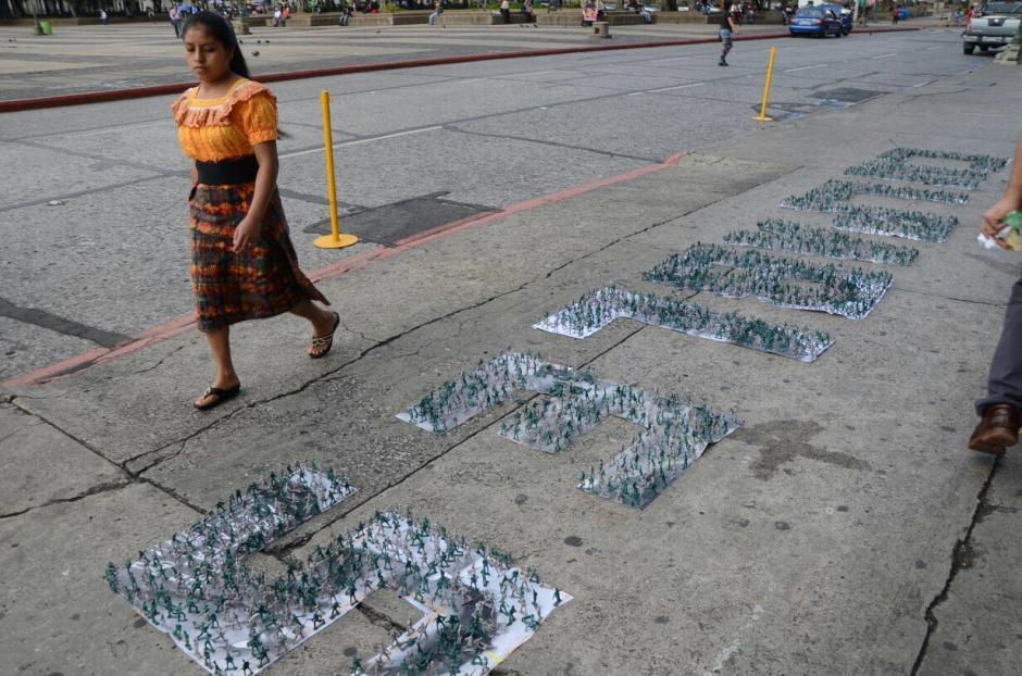 """El colectivo """"Proyecto 44"""" colocó miles de soldados de juguete frente al Palacio Nacional de la Cultura. (Foto: Jesús Alfonso/Soy502)"""