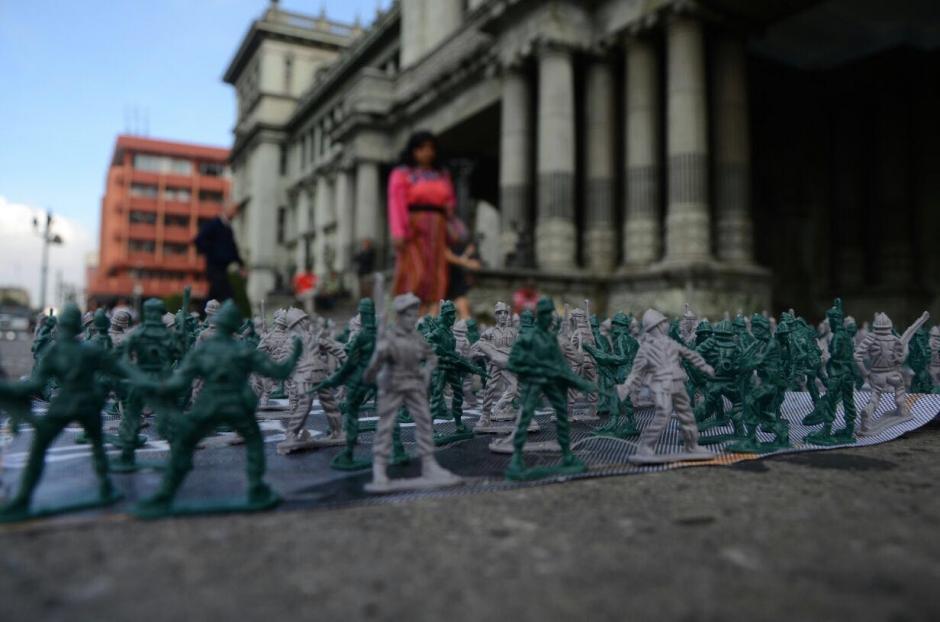 """Los soldados de juguete forman la palabra """"culpables"""". (Foto: Jesús Alfonso/Soy502)"""