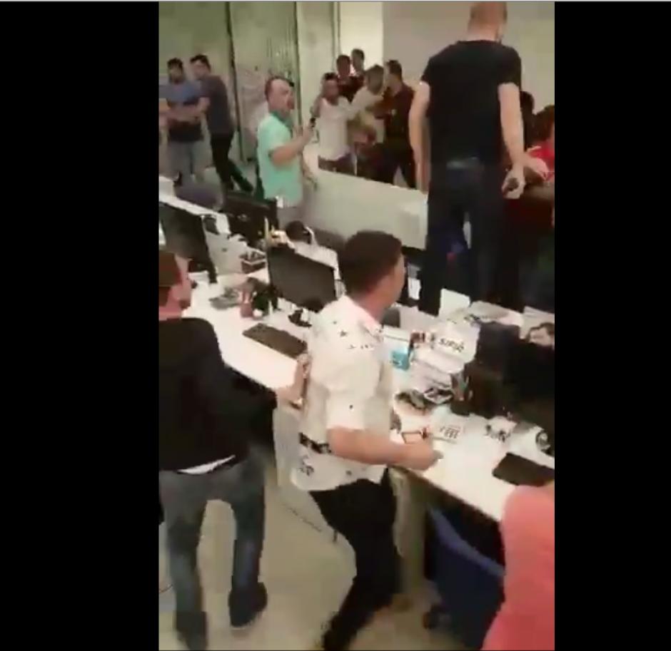 El incidente quedó registrado en un video subido a Twitter. (Imagen: Captura de pantalla)