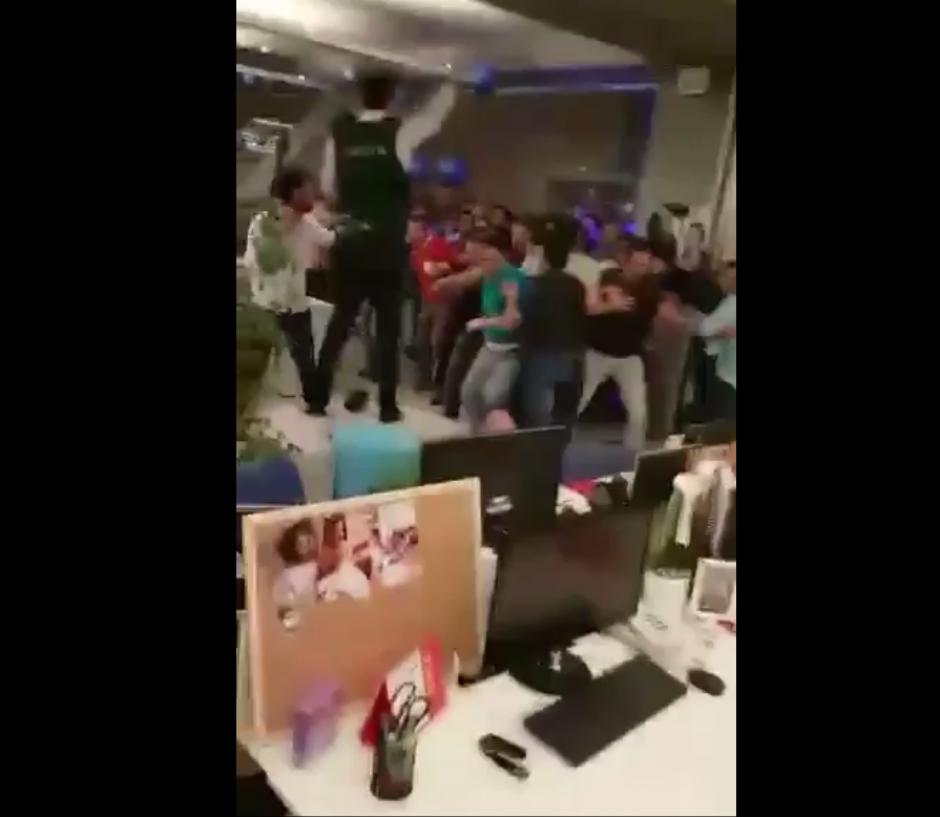 Los soldados fueron golpeados y expulsados del lugar. (Imagen: Captura de pantalla)