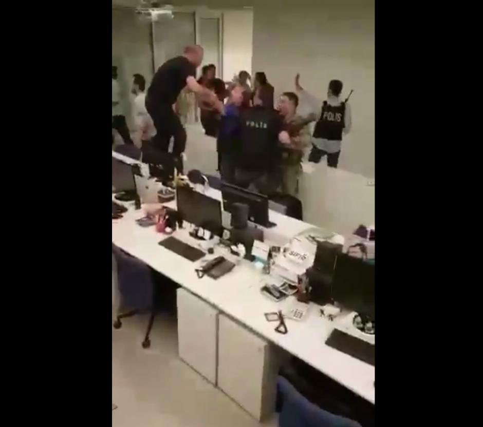 Los soldados fueron golpeados por los empleados de la redacción. (Imagen: Captura de pantalla)