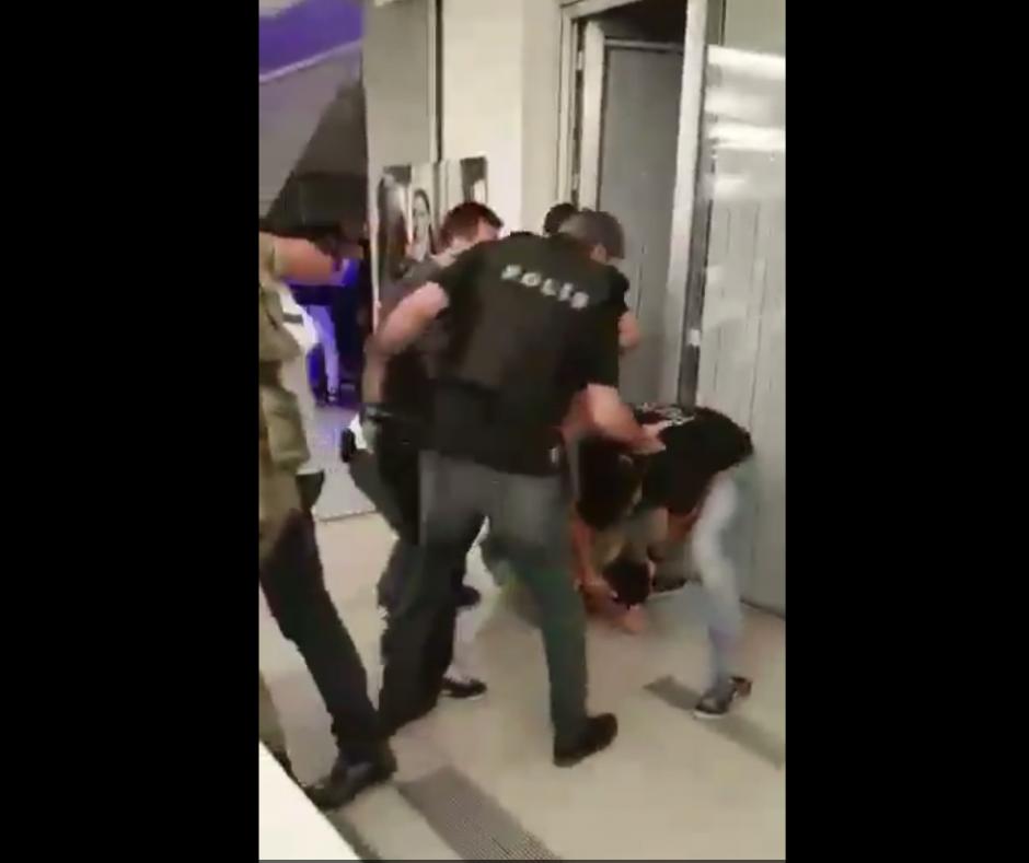 Los policías fueron apoyados por los empleados del lugar. (Imagen: Captura de pantalla)