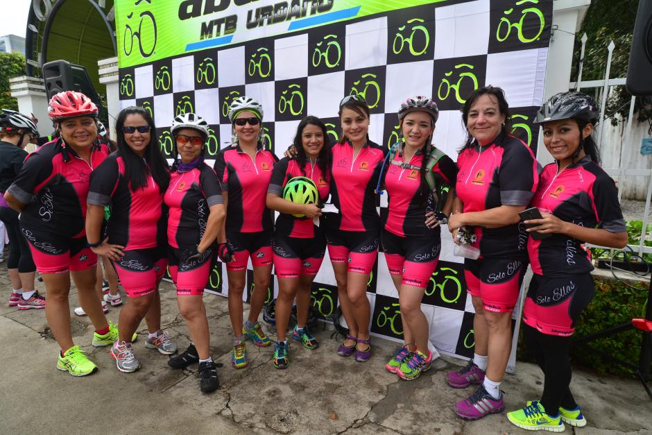 """Durante el recorrido el grupo cuenta con un equipo de apoyo de """"Solo ellas"""" para cualquier emergencia. (Foto: Wilder López/Soy502)"""