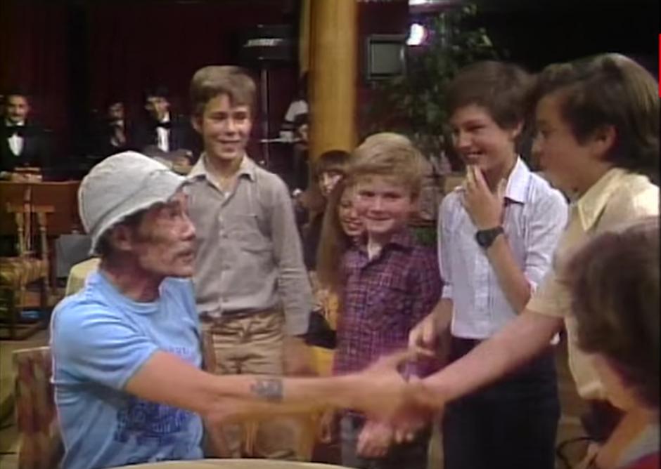 Un grupo de niños convivieron con el actor. (Captura de pantalla: YouTube/TVN)