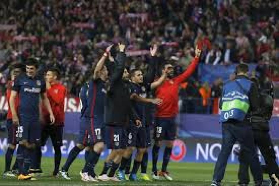 Los jugadores del Atlético de Madrid agradecen a su afición. (Foto: EFE)