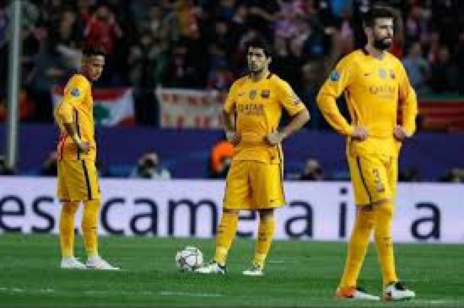 Los jugadores del Barcelona terminaron así el partido ante el Atlético de Madrid. (Foto: EFE)