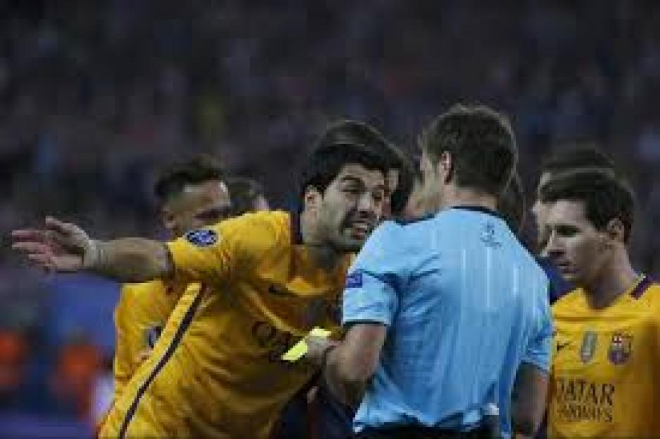 Los jugadores protestan un posible penal para el Barcelona. (Foto: EFE)