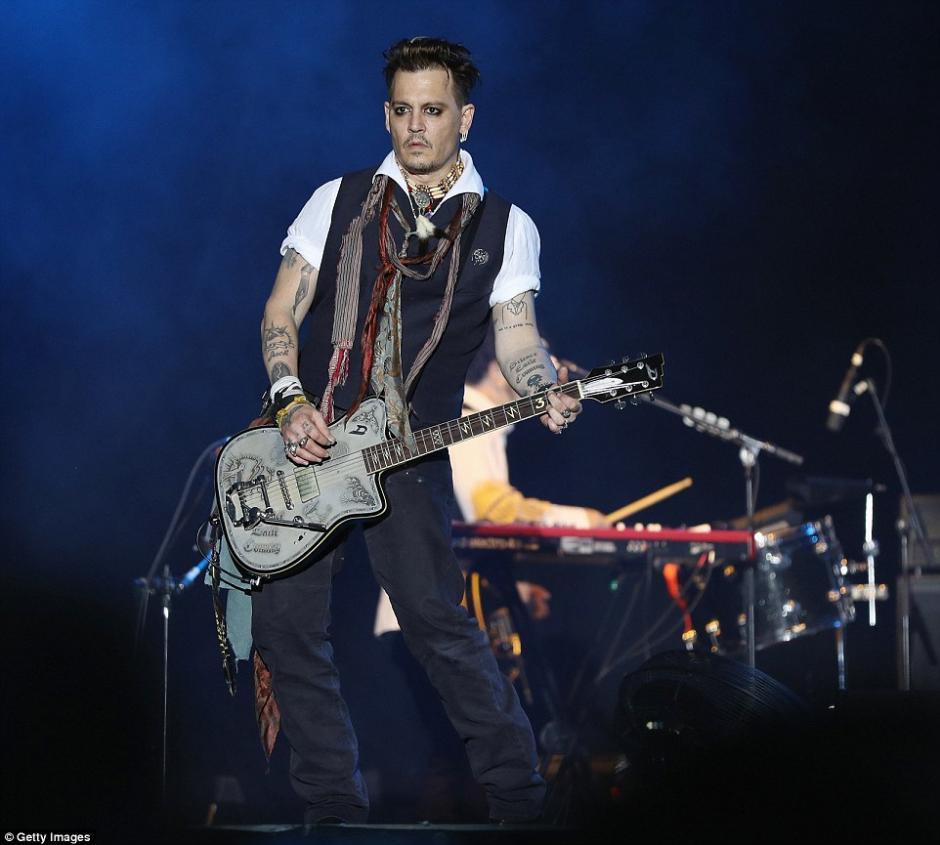 Depp se presentó en el escenario de Herborn, Alemania, con su banda Hollywood Vampires. (Foto: Splash News)