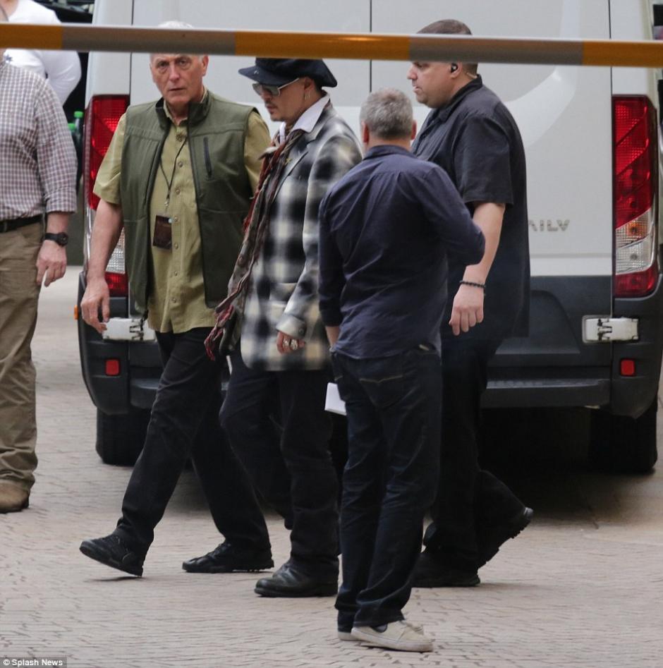 Una chaqueta de cuadros, una boina y unos lentes fue la ropa que vestía el actor. (Foto: Splash News)