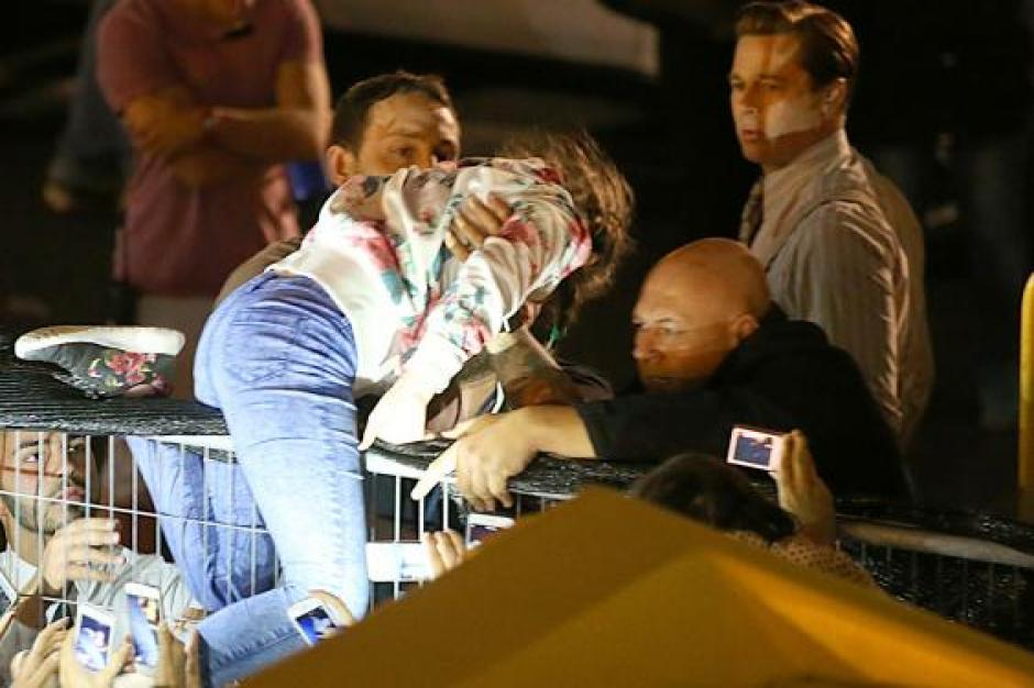 Brad Pitt la sacó sobre la malla que lo separaba de sus fans. (Foto: Splash News)