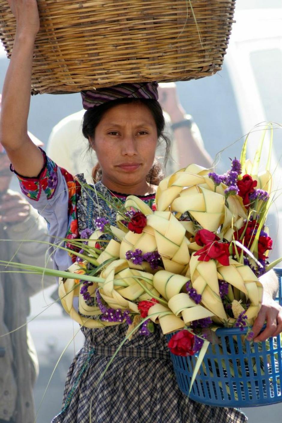 Las flores y los ramos le dan colorido a la procesión de Jesús de las Palmas. Aquí, una vendedora de palmas. (Foto: Raúl Illescas).