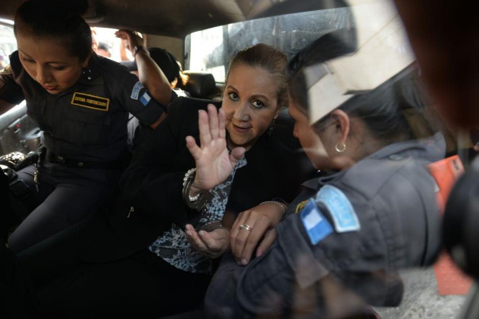 Al subirse a la patrulla que la lleva a prisión, Stalling sonríe. (Foto: Wilder López/Soy502)