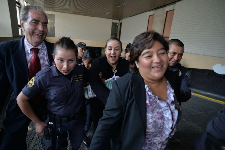 Blanca Stalling salió de la Torre de Tribunales sonriendo. (Foto: Wilder López/Soy502)