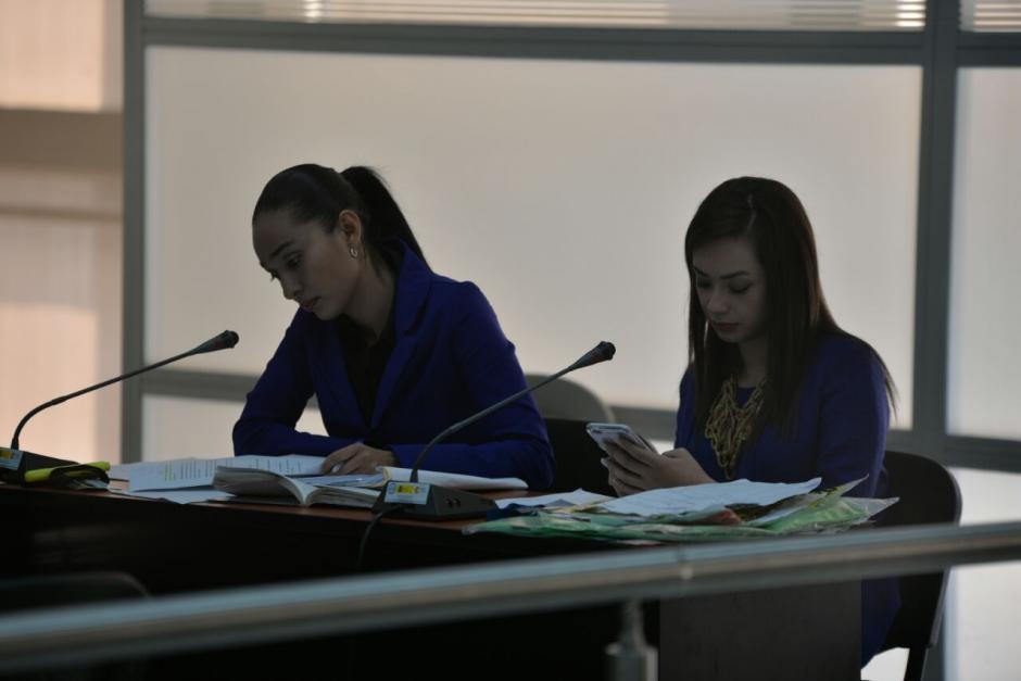 La fiscalía portaba varios documentos con los cuales desarrollaría la diligencia. (Foto: Wilder López/Soy502)