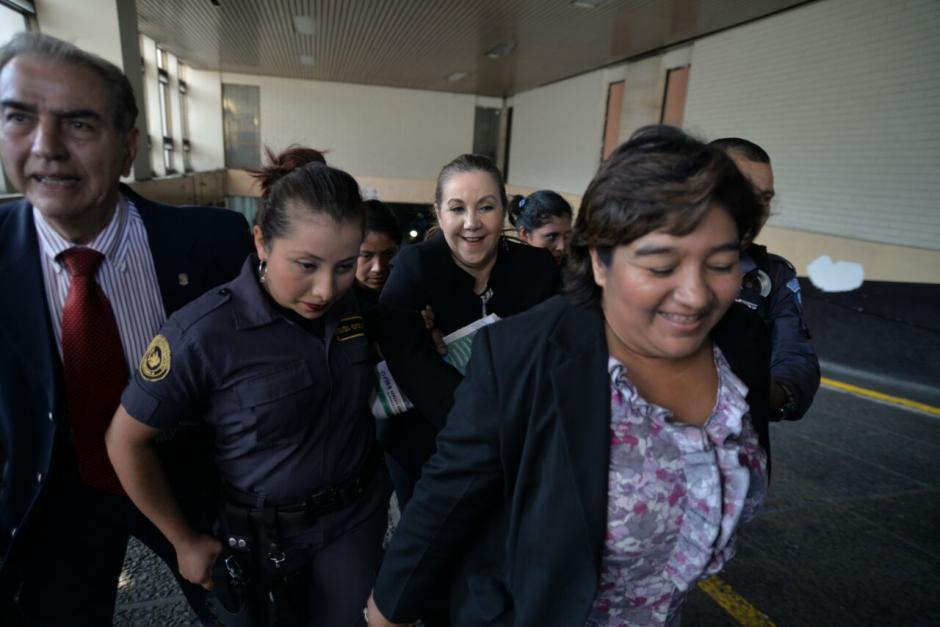 Stalling y el grupo de abogados sale de esta forma de Tribunales. (Foto: Wilder López/Soy502)