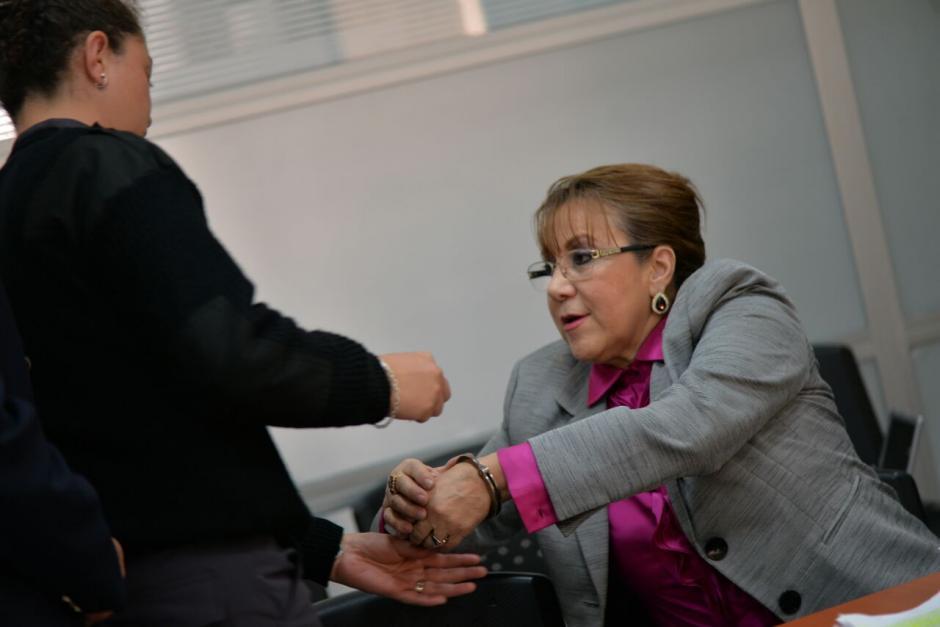 A la magistrada le colocaron los grilletes antes de salir de Tribunales. (Foto: Wilder López/Soy502)