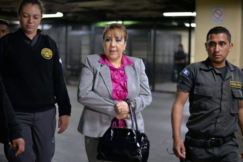 La magistrada Blanca Stalling trató de ocultar sus grilletes. (Foto: Wilder López/Soy502)